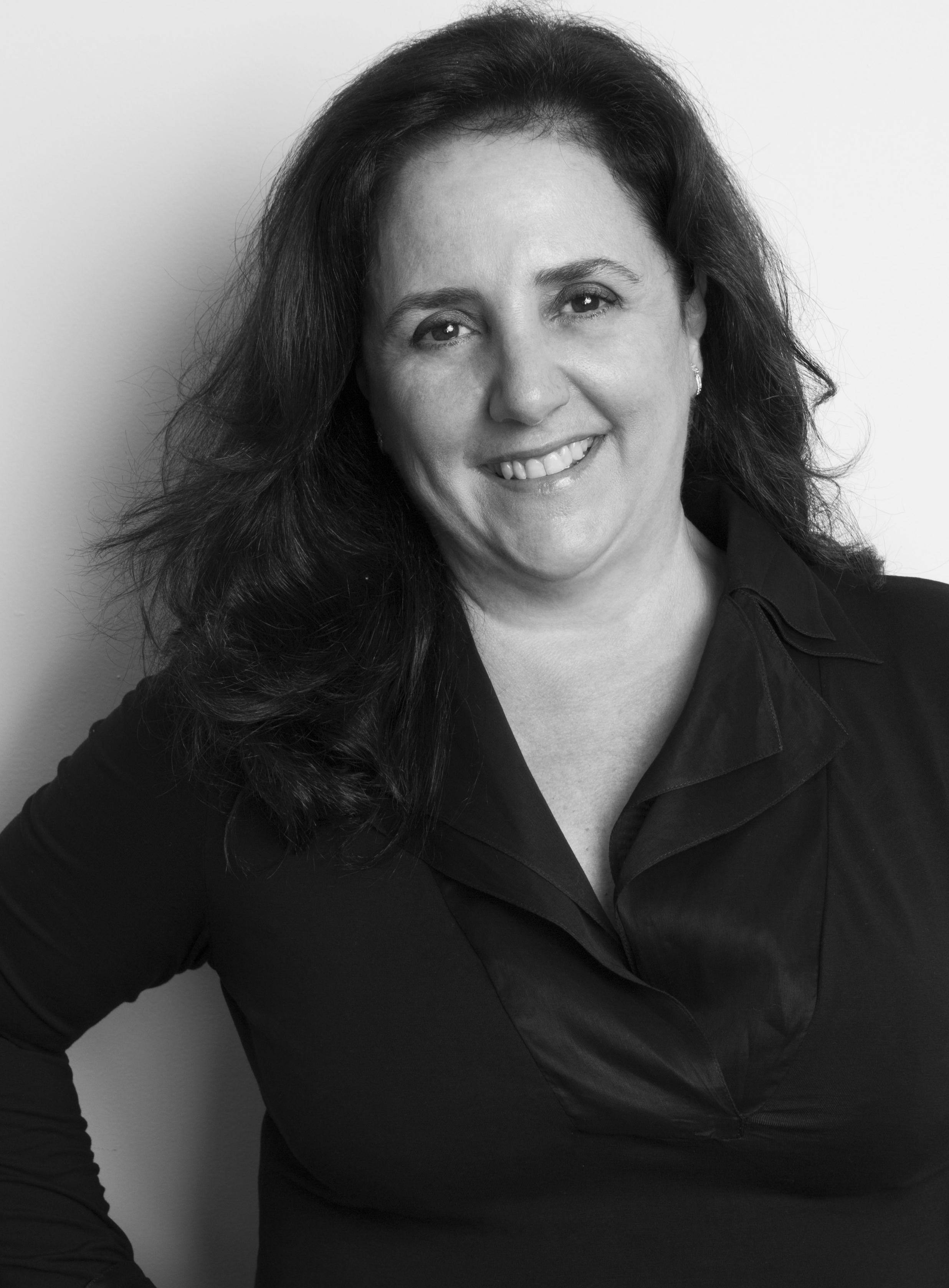 Denise Damiani em preto e branco
