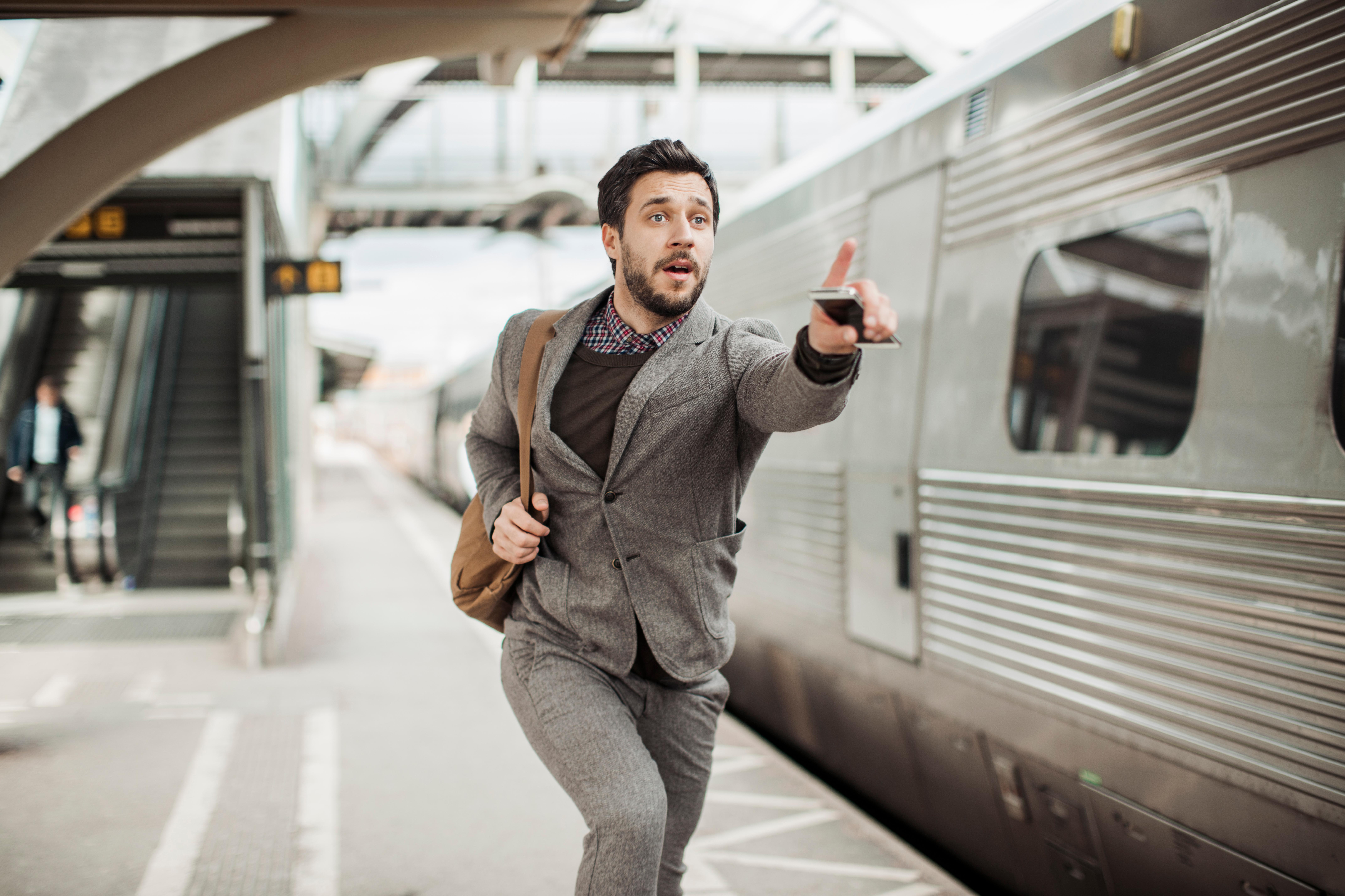 Homem atrasado para pegar o metrô representando a demora para se organizar financeiramente