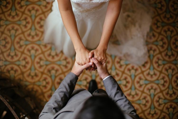 Casal de mãos dadas representando compromisso com investimentos